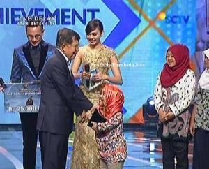 Pemenang Kategori Lifetime Achievement Almarhumah Een Sukaesih